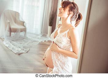 Portrait einer fröhlichen schwangeren Frau.
