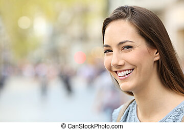 Portrait einer Frau mit perfektem Lächeln auf der Straße.