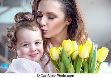 Portrait einer hübschen Mutter mit einem geliebten Kind.