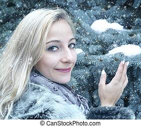 Portrait einer jungen Frau im Winter.
