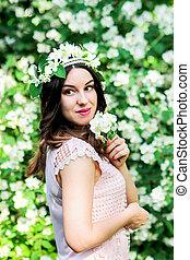 Portrait einer jungen Frau in Blumen.