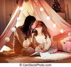 Portrait einer jungen Mutter, die ihr geliebtes Kind küsst.