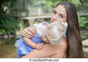 Portrait einer Mutter mit ihrer kleinen Tochter.