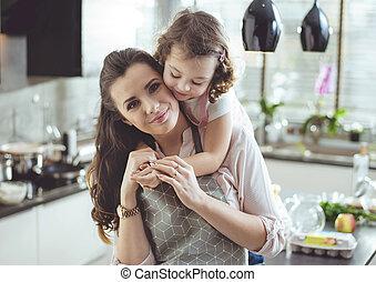 Portrait einer süßen Tochter, die ihre Mutter umarmt.