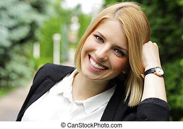 Portrait einer schönen fröhlichen Frau.