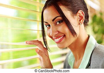 Portrait einer schönen fröhlichen Geschäftsfrau.