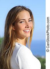 Portrait einer schönen Frau mit einem weißen, perfekten Lächeln.