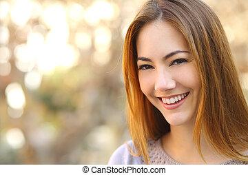 Portrait einer schönen glücklichen Frau mit einem perfekten weißen Lächeln.