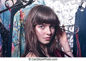 Portrait einer schönen jungen Frau mit Kleidern