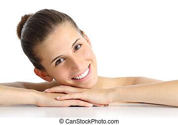Portrait einer schönen natürlichen Frau Gesicht mit einem weißen, perfekten Lächeln.