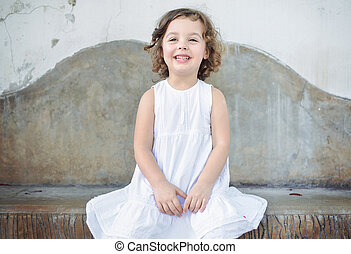 Portrait eines fröhlichen Mädchens.