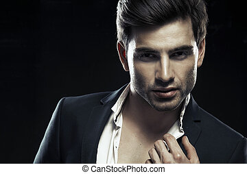 Portrait eines gutaussehenden, eleganten Mannes.