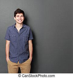 Portrait eines hübschen jungen Mannes, der lächelt.