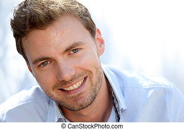 Portrait eines hübschen Mannes mit blauem Hemd