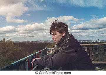 Portrait eines jungen Mannes an einem windigen Tag.