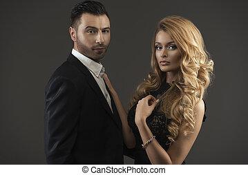 Portrait eines jungen Modepaars, das in die Kamera schaut.
