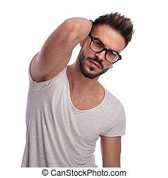 Portrait eines jungen sexy Mannes, der posiert.