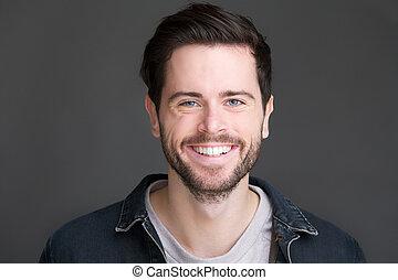 Portrait eines lächelnden jungen Mannes, der die Kamera ansieht