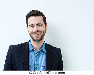 Portrait eines lächelnden jungen Mannes.