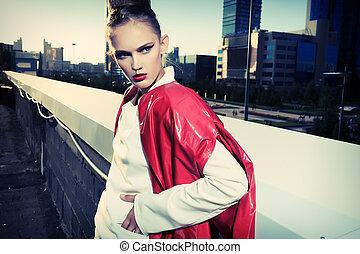 Portrait eines Models, das sich über den Hintergrund der Großstadt stellt.