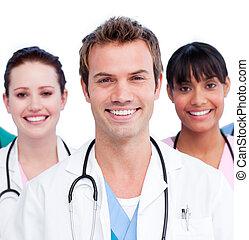 Portrait eines positiven medizinischen Teams vor weißem Hintergrund