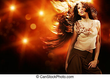 Portrait eines schönen Mädchens mit fliegenden langen Haaren.