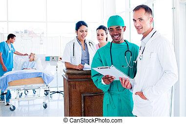 Portrait eines seriösen medizinischen Teams