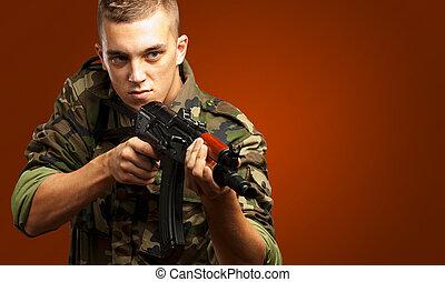 Portrait eines Soldaten, der mit einer Waffe zielt.
