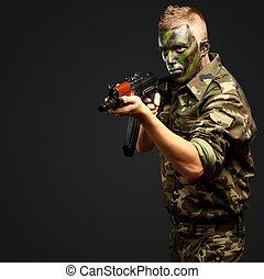 Portrait eines Soldaten, der mit einer Waffe zielt
