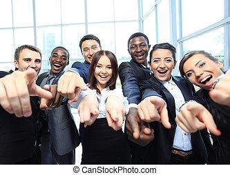 Portrait von aufgeregten jungen Geschäftsleuten, die auf dich zeigen