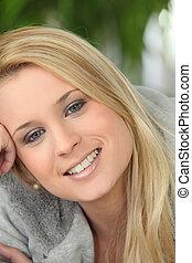 Portrait von blondem Teenie