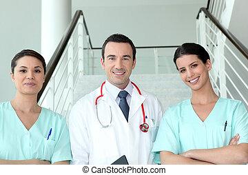 Portrait von zwei weiblichen Schwestern mit Doktor