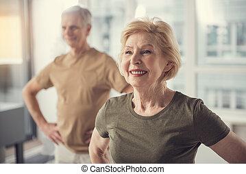 Positive Rentner, die im Haus Sport treiben