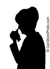 Profil Portrait Silhouette der traurigen älteren Frau weinen oder krank.