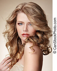 Raffinierte Frau mit perfekter Haut und fließend blondem, gesundem Haar.