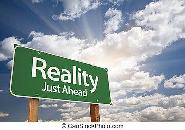 Reality Green Road Schild über Wolken.