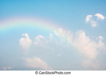 Regenbogen im blauen Himmel.