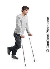 Rehabilitation eines erwachsenen Mannes mit Krücken.