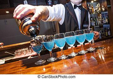 reihe, nein, barkeeper, barman., bartrender, shaker, relase., brille, hand, bar, bedürfnis, blaues, fragment, sichtbar, gießen, bankschalter, farbig, modell, getrãnke