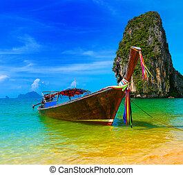 Reiselandschaft, Strand mit blauem Wasser und Himmel im Sommer Thailand, Naturinsel und traditionelles Holzboot-Szenery-Paradiesgebiet