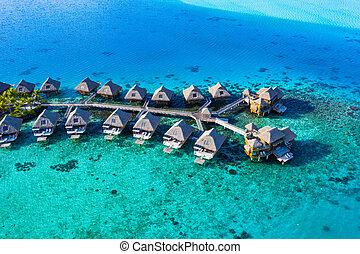 Reiseparadies Luftbild mit Unterwasserbungalows in Korallenriff Meer