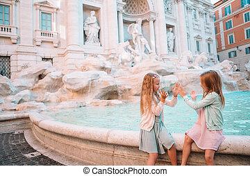 Reizende kleine Mädchen nahe dem Brunnen von Trevi in Rom.