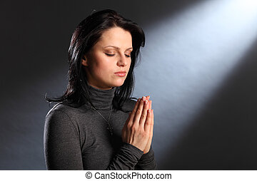 Religions-Moment Augen schlossen junge Frau im Gebet