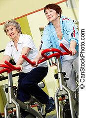 Rentner im Fitnessstudio