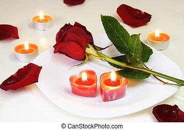 Romantisch einladender Tisch mit Rosen und Kerzen