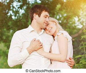 Romantisches junges Paar in Liebe im Freien, warme zarte Gefühle.