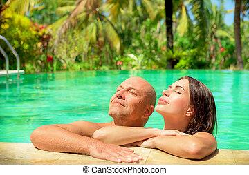 Romantisches Paar in einem Pool.