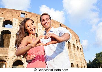Romantisches Reisepaar in Rom mit Kolosseum, Italien