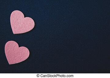 Rosa Herzen auf dunkelblauem Filz Hintergrund. Valentinstag
