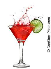 Roter Cocktail mit Spritzer und Limette auf weiß